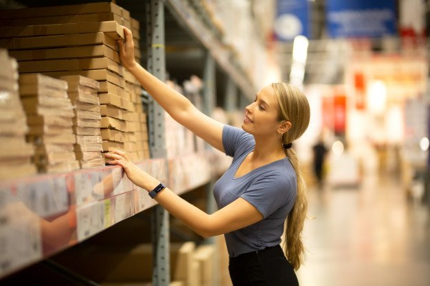 Cliente comprando un artículo en un supermercado